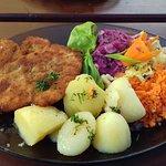 Kotlet drobiowy z ziemniakami i surówkami