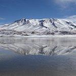 le reflet de la montagne enneigée dans la lagune