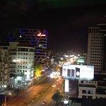 Vista nocturna de la ciudad desde el área de la piscina