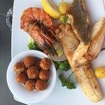 3 Fischfilets mit Riesengarnele, Mandelkroketten und Gemüse (sehr lecker)