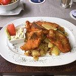 Schollenfilet, Fish and Chips( mit Bratkartoffeln) und Haussalat.