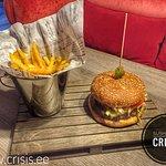 Сытный гамбургер из хорошего мяса с картошкой-фри