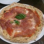 Pizza con tomate triturado (buenísmo) masa riquísima, jamón de parma estupendo.