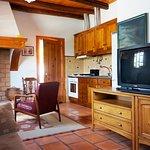 Cozinha equipada e com lareira antiga