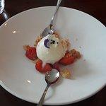Rahka-jogurttijäätelöä, mansikoita ja paahdettua valkosuklaata