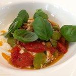 Stracciatella di Burrata, fèves des Marais, pignons de pin, basilic et tomates confites