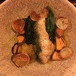 Exquisito pollo grillado conntexturas de papa