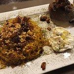 Prato executivo, arroz marroquino, quibe cru, coalhada e tinha uma salada à parte, tudo DELICIOS
