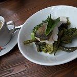 Филе белой рыбы с овощами на пару и песто. Горячее блюдо из меню ланча.