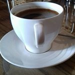 Чашка свежесваренного кофе.
