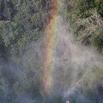 arcobaleno formatosi con il pulviscolo dell'acqua