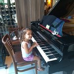 Minha pequena no piano do Sal e Brasa