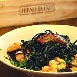 Linguini nero com tomate seco e gambas _ @forneria1870