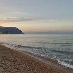 In riva al mare al tramonto