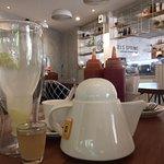 lemon juice dan teh panas untuk teman sarapan
