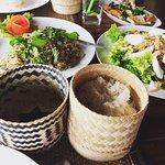 Aperçu de plusieurs plats laotiens dont le fameux riz gluant