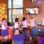 天津硬石餐厅的工作人员热情舞蹈