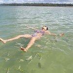 Com os peixinhos na piscina natural