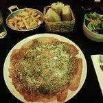 un super et copieux carpaccio de boeuf avec frites et salade pour 280 bahts...