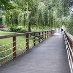 A Dunapart mellett futó elkerített sétéló út.