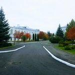 Осенний двор, на заднем плане здани «геометриями»