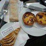 sentido horário: Pastel de nata (belém), Torta de maçã e travesseiro de sintra. Com um cafezinho