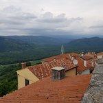 Hilltop Walled Ancient City of Motovun照片