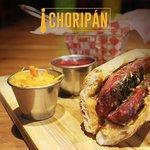 No puedes resistir a un delicioso choripan, con chimichurri y nuestra salsa de la casa!