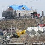島のシンボルである神社は修復中