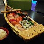 barque composée de sushis, maquis et sashimis