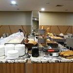 朝食、パンは種類が多いが味はイマイチ