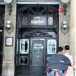 Posando en la bella puerta de entrada a Cafe Iruña...