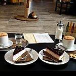 Kávička, dortíky a kočička v pozadí :-)
