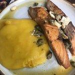 Salmão grelhado ao molho de alcaparras e champignon, com purê de mandioquinha