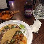 Tacos de surtido (carnitas) con chaparrita de uva