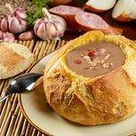 Pão Cavucado: caldo de feijão servido no pão artesanal