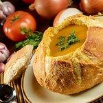 Pão Cavucado: caldo de mocotó servido no pão artesanal
