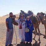 Caravana de dromedarios en el desierto