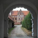 Skarhults slott sedd genom gammal portgång