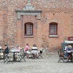 Fika i Slottscaféet - vid bra väder kan man sitta på gården också