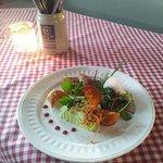 Gekräuterte Ziegenfrischkäseterrine mit Pfifferlingen und Salat