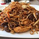 Chop Suey , Stekte nudler med biff, kylling og kongereker