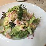 Grüner Salat mit Melone und Shrimps an Limettendressing