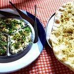 Trio de pastas (homus tahine, babaganush e coalhada seca) acompanhado de pão quentinho.