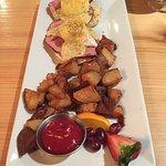 Eggs Bennie w/ Breakfast Potatoes