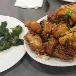 Pollo al ajillo y pimientos del padrón, cantidad perfecta para pedir dos personas.