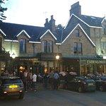 Vue du bar et de l'hôtel depuis la route principale
