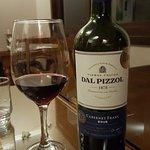 degustando um excelente vinho