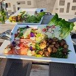 Caesarsalade met carpaccio van gerookte zalm en rund, gebakken champignons, truffelmayonaise en