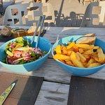 Bij gerechten friet en slamix